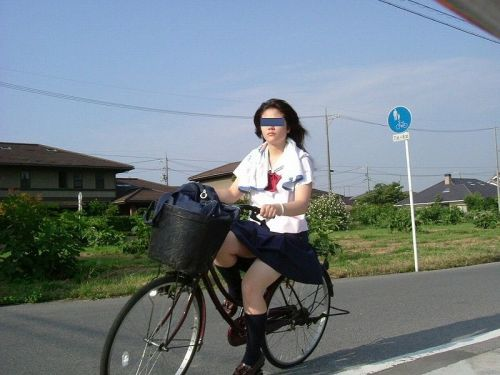 【盗撮】ミニスカからパンチラしちゃうJKの自転車通学エロ画像 43枚 No.18
