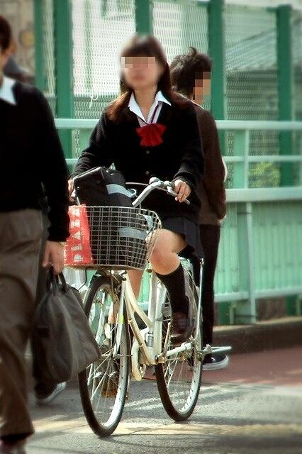 【盗撮】ミニスカからパンチラしちゃうJKの自転車通学エロ画像 43枚 No.22