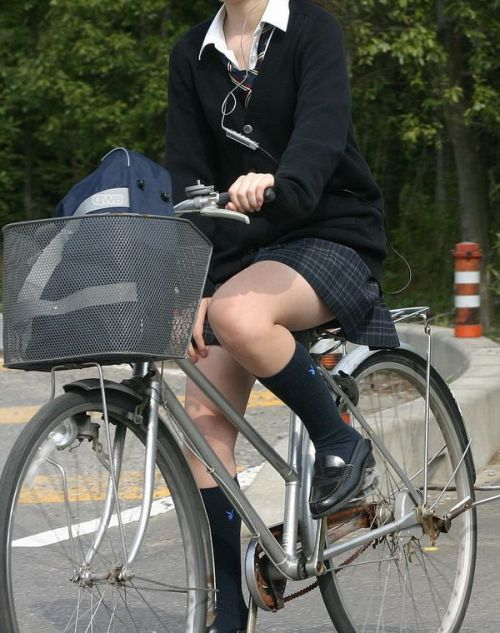 【盗撮】ミニスカからパンチラしちゃうJKの自転車通学エロ画像 43枚 No.35