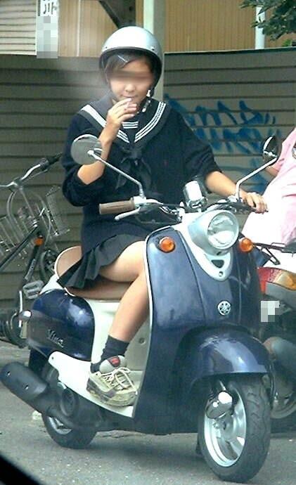 【盗撮】ミニスカからパンチラしちゃうJKの自転車通学エロ画像 43枚 No.43