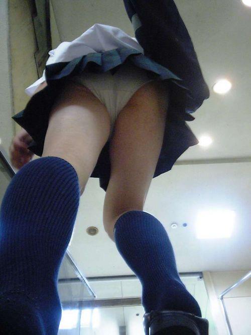 【エロ画像】ミニスカJKって斜め下からパンチラ盗撮簡単過ぎwww 37枚 No.2