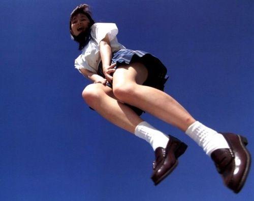 【エロ画像】ミニスカJKって斜め下からパンチラ盗撮簡単過ぎwww 37枚 No.17