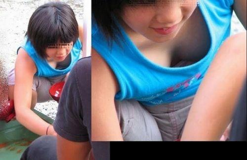 【胸チラ盗撮画像】前傾姿勢の女性!安心してください。見えてますよ! 38枚 No.6