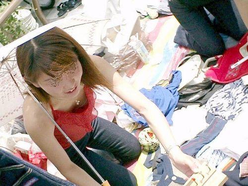 【胸チラ盗撮画像】前傾姿勢の女性!安心してください。見えてますよ! 38枚 No.13