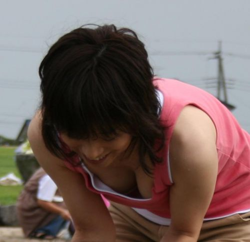 【胸チラ盗撮画像】前傾姿勢の女性!安心してください。見えてますよ! 38枚 No.14