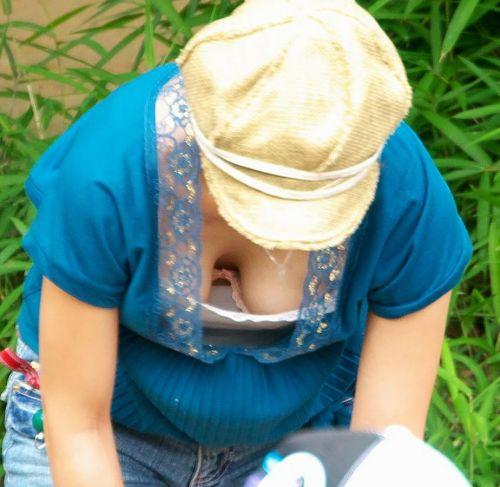 【胸チラ盗撮画像】前傾姿勢の女性!安心してください。見えてますよ! 38枚 No.16