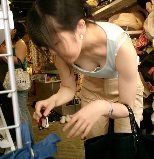 【胸チラ盗撮画像】前傾姿勢の女性!安心してください。見えてますよ! 38枚 No.23