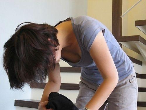 【胸チラ盗撮画像】前傾姿勢の女性!安心してください。見えてますよ! 38枚 No.24