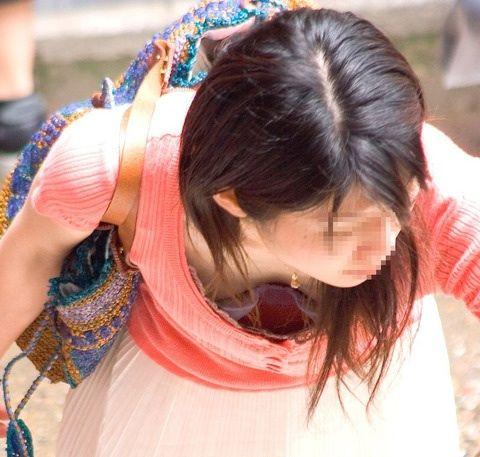 【胸チラ盗撮画像】前傾姿勢の女性!安心してください。見えてますよ! 38枚 No.27