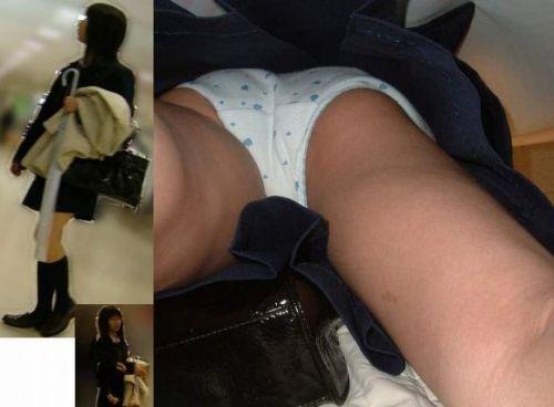 【画像】JKのミニスカの中身を超接写で逆さ撮りした結果www 37枚 No.33