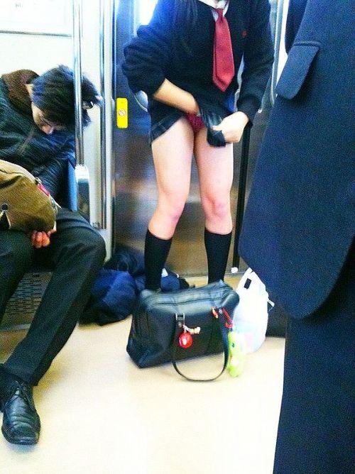 電車で座ってるJKのエッチな太ももを楽しむ盗撮画像見ちゃう? 38枚 No.2
