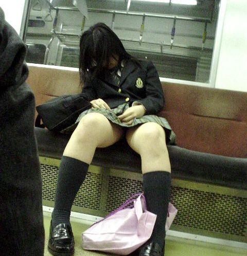 電車で座ってるJKのエッチな太ももを楽しむ盗撮画像見ちゃう? 38枚 No.10