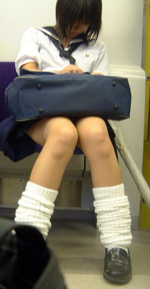 電車で座ってるJKのエッチな太ももを楽しむ盗撮画像見ちゃう? 38枚 No.12