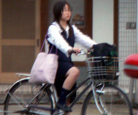 純白パンティも見えちゃうJKの自転車通学画像 41枚 No.4