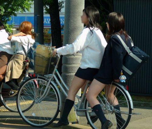 純白パンティも見えちゃうJKの自転車通学画像 41枚 No.5