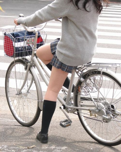 純白パンティも見えちゃうJKの自転車通学画像 41枚 No.8