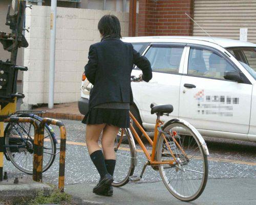 純白パンティも見えちゃうJKの自転車通学画像 41枚 No.10