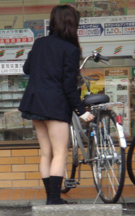 純白パンティも見えちゃうJKの自転車通学画像 41枚 No.12