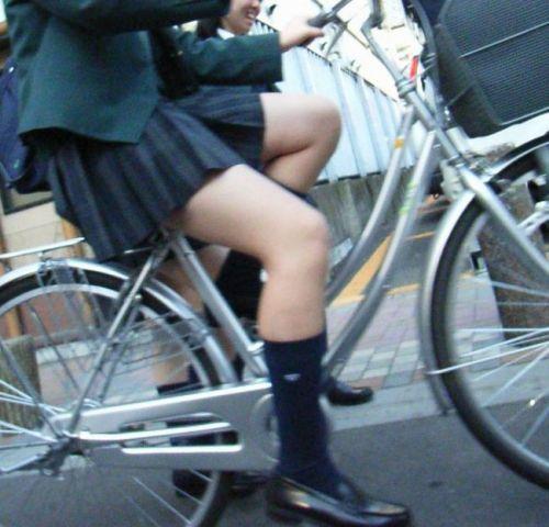 純白パンティも見えちゃうJKの自転車通学画像 41枚 No.14