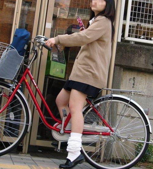 純白パンティも見えちゃうJKの自転車通学画像 41枚 No.15