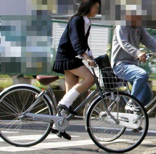 純白パンティも見えちゃうJKの自転車通学画像 41枚 No.16