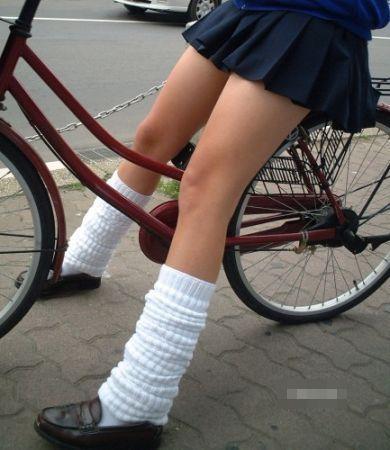 純白パンティも見えちゃうJKの自転車通学画像 41枚 No.18