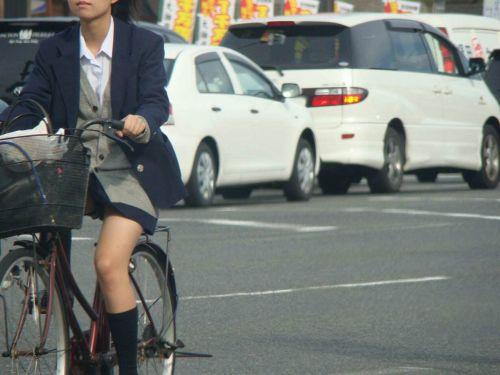 純白パンティも見えちゃうJKの自転車通学画像 41枚 No.21