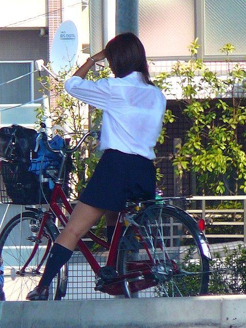 純白パンティも見えちゃうJKの自転車通学画像 41枚 No.22