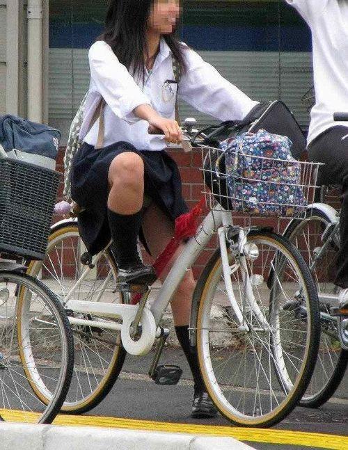 純白パンティも見えちゃうJKの自転車通学画像 41枚 No.23