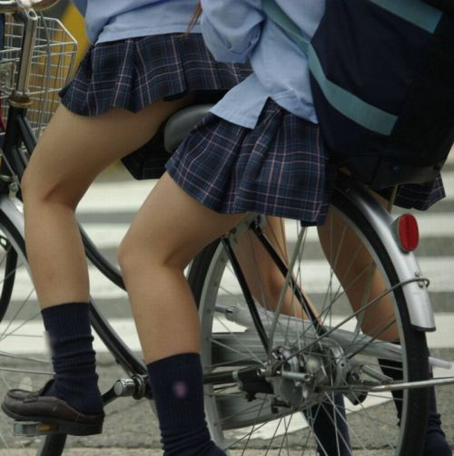 純白パンティも見えちゃうJKの自転車通学画像 41枚 No.25