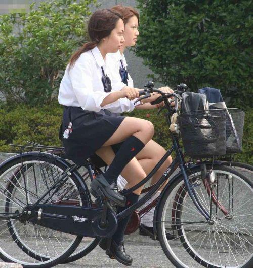 純白パンティも見えちゃうJKの自転車通学画像 41枚 No.26
