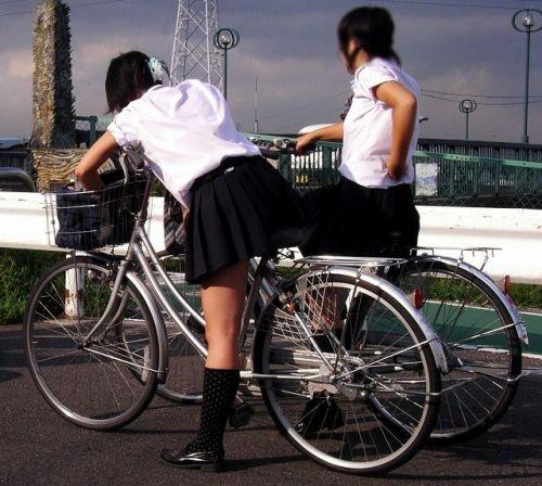 純白パンティも見えちゃうJKの自転車通学画像 41枚 No.27
