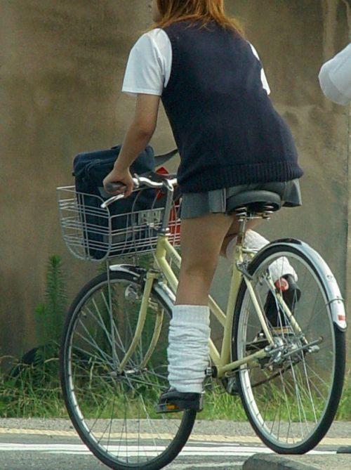 純白パンティも見えちゃうJKの自転車通学画像 41枚 No.29