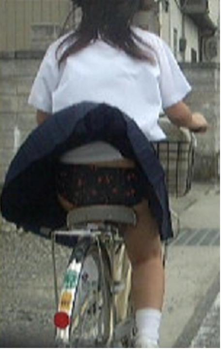 純白パンティも見えちゃうJKの自転車通学画像 41枚 No.32