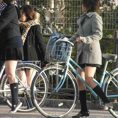 純白パンティも見えちゃうJKの自転車通学画像 41枚 No.36