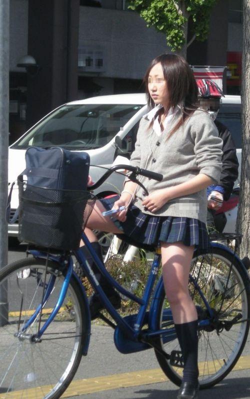 純白パンティも見えちゃうJKの自転車通学画像 41枚 No.37