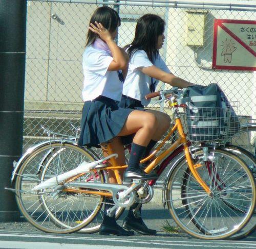 純白パンティも見えちゃうJKの自転車通学画像 41枚 No.39
