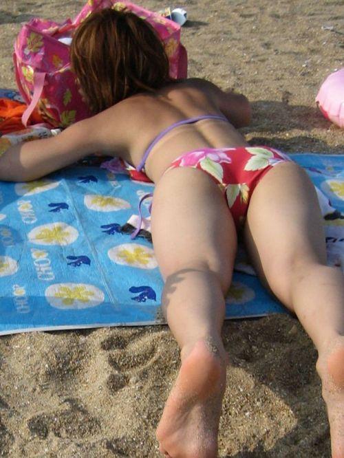 ビーチにいる女の子の美しいお尻を盗撮した画像集めたった 35枚 No.29