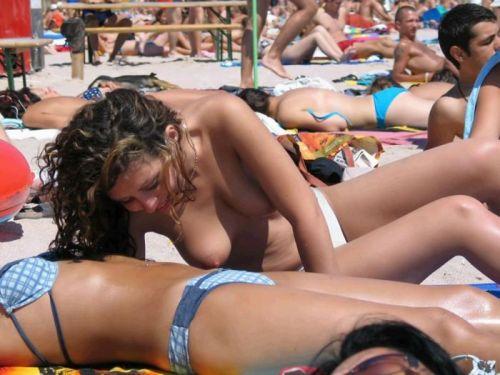 ヌーディストビーチでおっぱいさらけ出してる外人の盗撮エロ画像 37枚 No.10