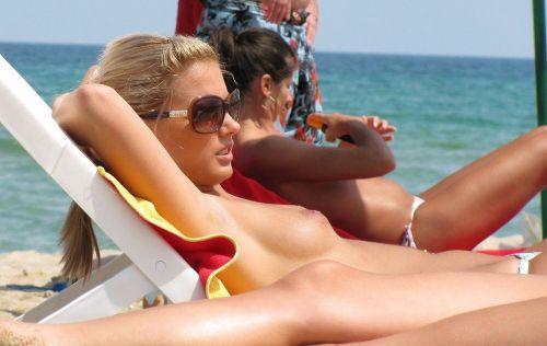 ヌーディストビーチでおっぱいさらけ出してる外人の盗撮エロ画像 37枚 No.20