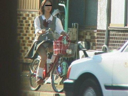 【盗撮画像】ミニスカJKが自転車通学すると当然パンチラしまくるよな 41枚 No.1