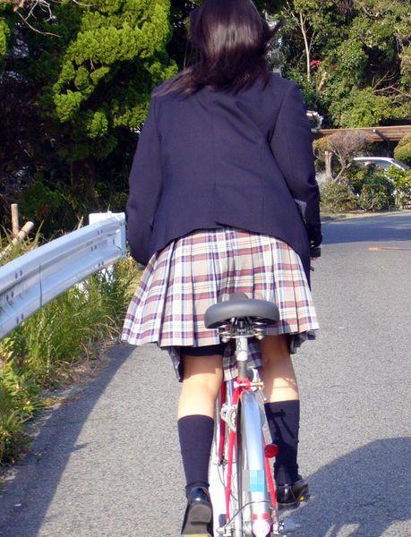 【盗撮画像】ミニスカJKが自転車通学すると当然パンチラしまくるよな 41枚 No.9