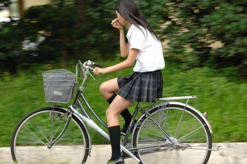 【盗撮画像】ミニスカJKが自転車通学すると当然パンチラしまくるよな 41枚 No.10