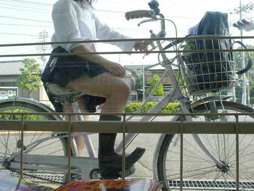 【盗撮画像】ミニスカJKが自転車通学すると当然パンチラしまくるよな 41枚 No.16