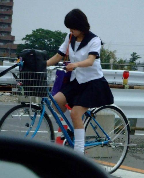 【盗撮画像】ミニスカJKが自転車通学すると当然パンチラしまくるよな 41枚 No.17