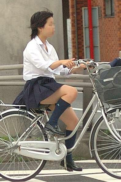 【盗撮画像】ミニスカJKが自転車通学すると当然パンチラしまくるよな 41枚 No.18