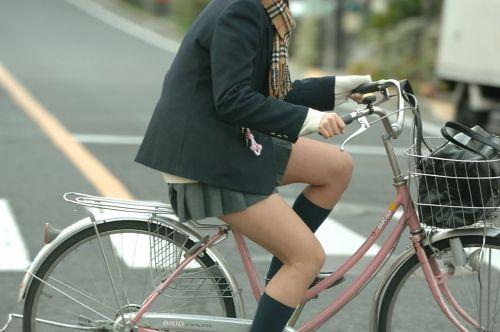 【盗撮画像】ミニスカJKが自転車通学すると当然パンチラしまくるよな 41枚 No.19