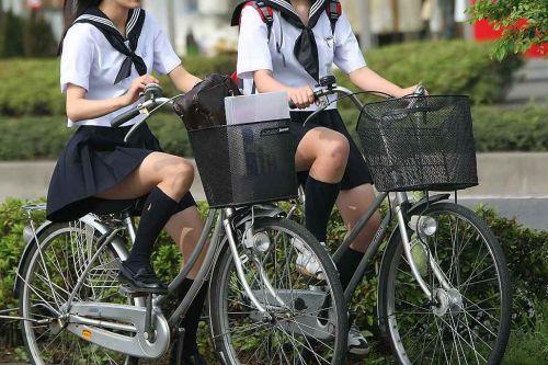 【盗撮画像】ミニスカJKが自転車通学すると当然パンチラしまくるよな 41枚 No.20