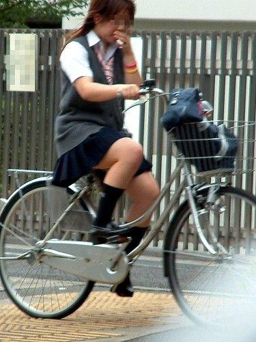【盗撮画像】ミニスカJKが自転車通学すると当然パンチラしまくるよな 41枚 No.21