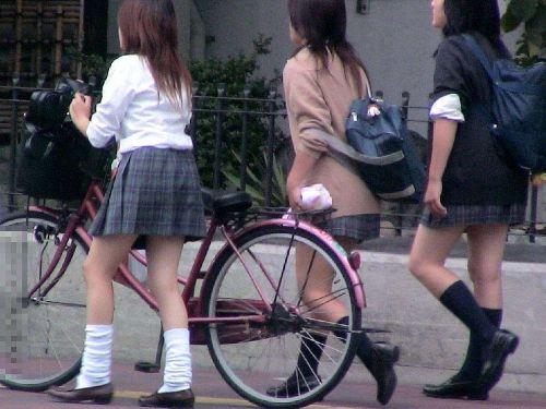 【盗撮画像】ミニスカJKが自転車通学すると当然パンチラしまくるよな 41枚 No.22